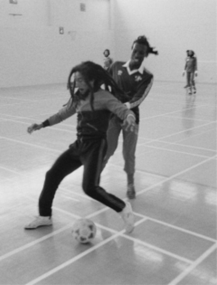 'Bob Marley werkte ook aan zijn lichaam. Hij speelde heel vaak voetbal en ging 's morgens lopen rond Mona Reservoir in Kingston.' Beeld