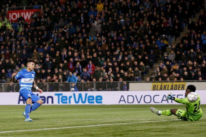 Gustavo Hamer maakt 1-3 en brengt PEC Zwolle terug in de wedstrijd.