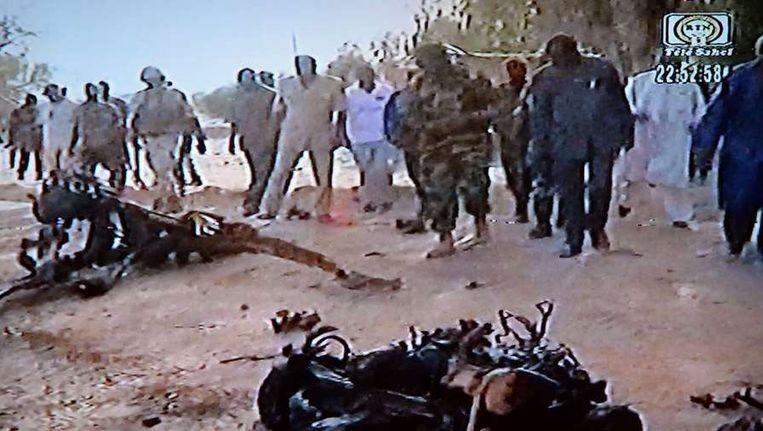 De resten van een voertuig waarmee een van de terroristen een zelfmoordaanslag pleegde. Het beeld komt van de Nigerijnse tv-zender Tele Sahel. Beeld afp
