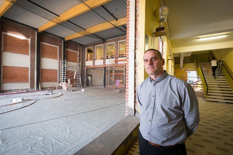 Directeur Erik Van de Voorde bij het toekomstige werkhuis.