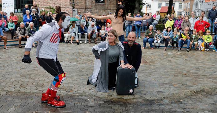 Pantomimmespeler Mimo bereidt huwelijk voor van Ester van den Driessche en Andries van den Hoven, Alex Radulescu figureert als Jezus.