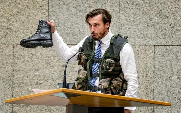 Thierry Baudet (FvD) kwam nooit dichter bij het leger dan tijdens een verkleedpartijtje in de Tweede Kamer.