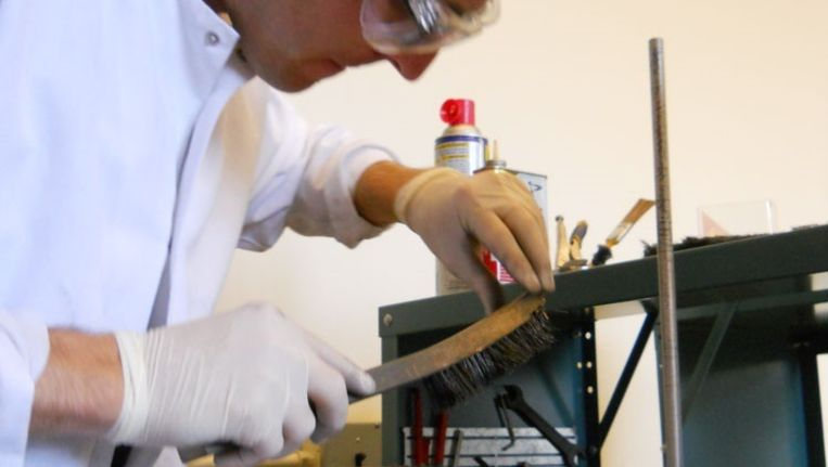 Werken aan de batterij van de toekomst, gewoon met een staalborstel... Beeld MIT