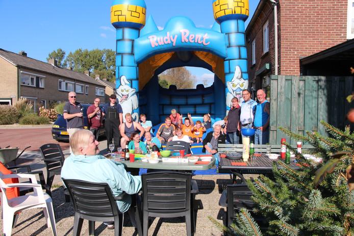Buren aan de Prins Bernhardstraat in Borculo grijpen burendag aan voor een gezellig samenzijn.
