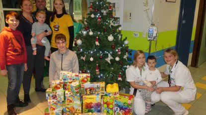 Vzw ToverBlokjes deelt kerstcadeautjes uit in ziekenhuis