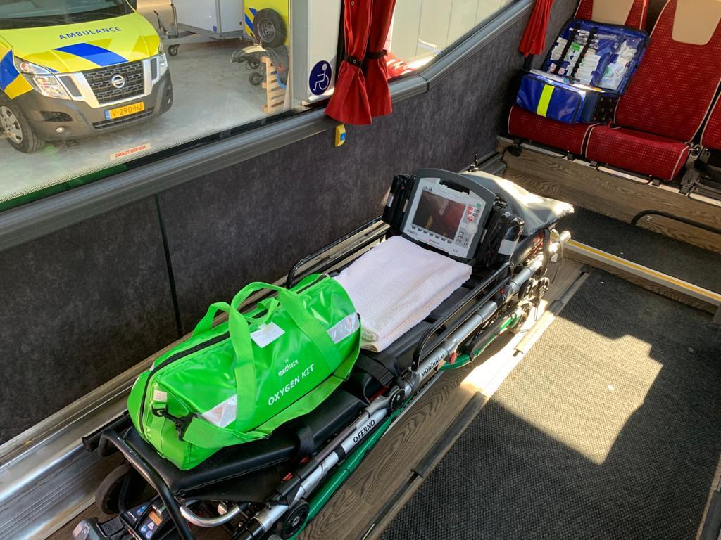 De patiënten liggen uit privacy- en veiligheidsoverwegingen vlak boven de vloer in de bus.