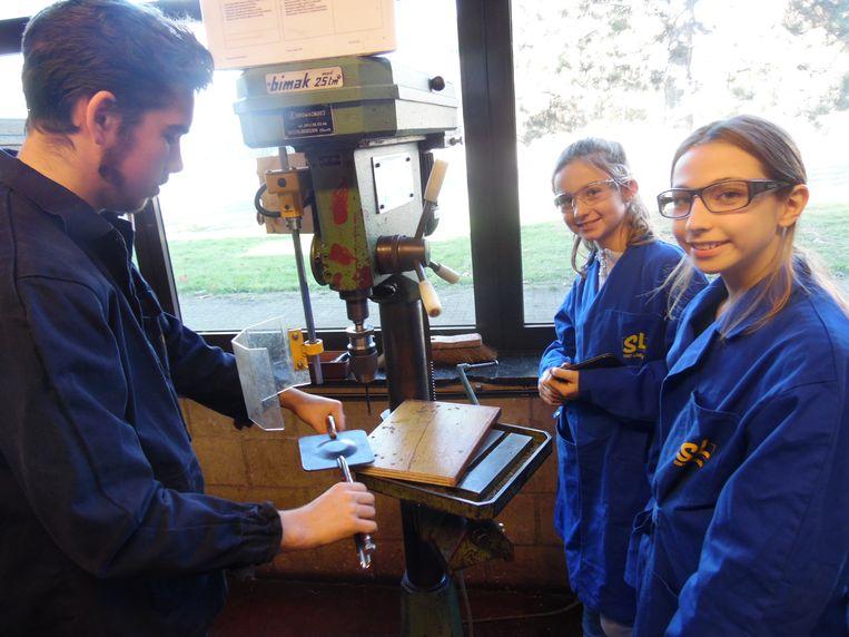 Noor en Lenie vervaardigden samen een metalen geurverdamper.