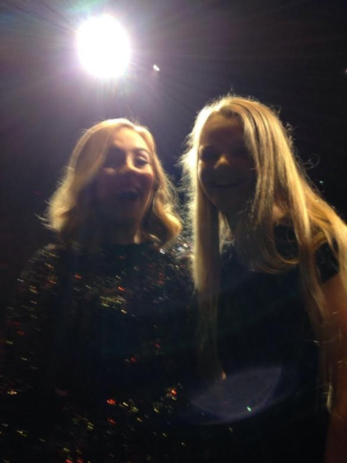 Adele staat lachend op de foto met Maybritt.