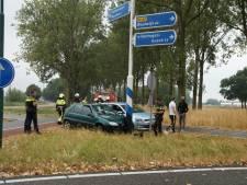 Auto glijdt van de weg tegen bewegwijzering bij Heusden