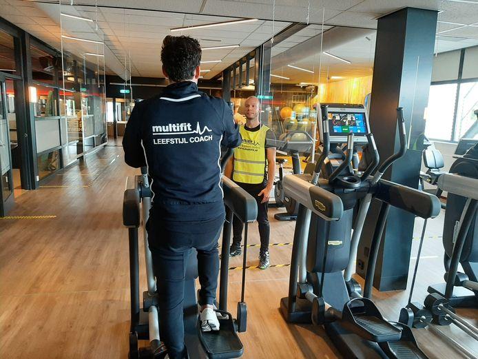 Sportschool Multifit in Tilburg heeft sinds juli spat- en kuchschermen gehangen. Toen mochten de sportscholen weer open.
