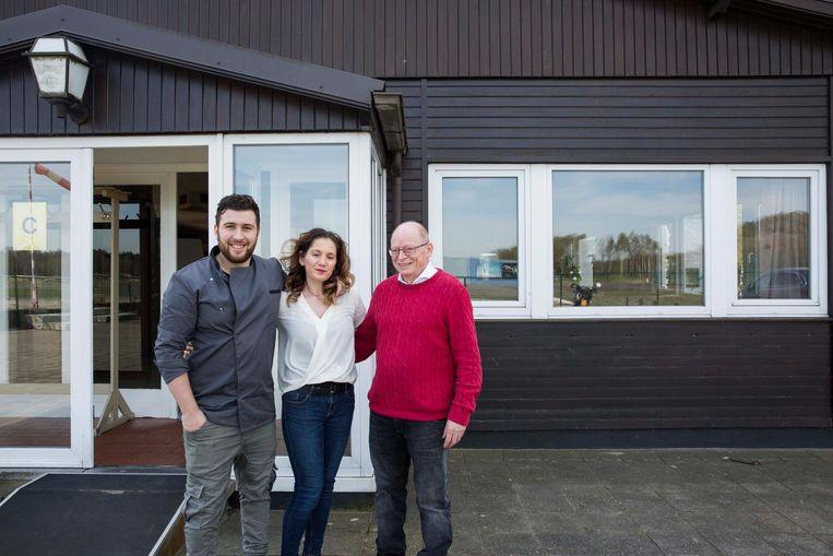 Archieffoto - Mattia Caramazza en Melissa Di Bernardo met de vorige uitbater Josy Palmen voor het clubhuis.