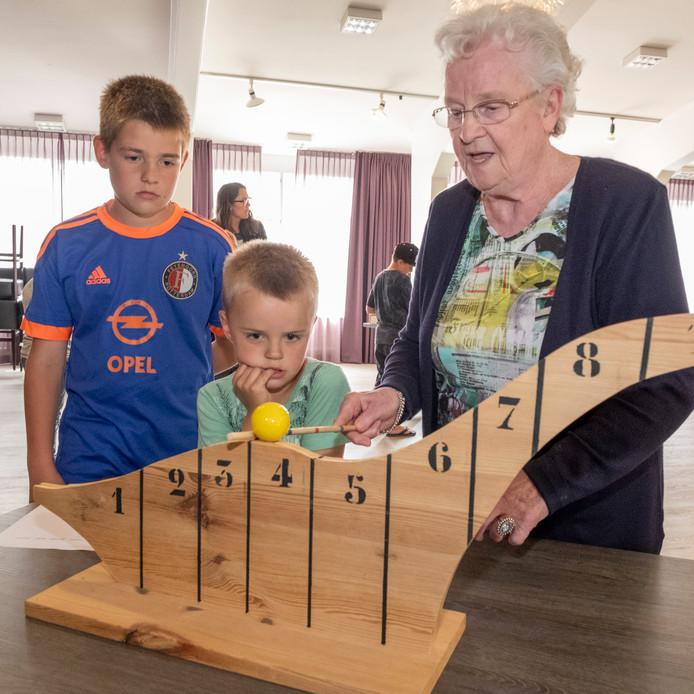 Ruben van de Velde (10), Mats Verhage (6) en Adri Berrevoets (84) bij het slingerpadspel. Alle spellen zijn handgemaakt