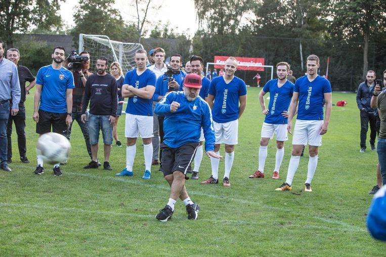 Maradona tijdens een potje latjetrap met spelers van Brabantia Beeld FotoMeulenhof