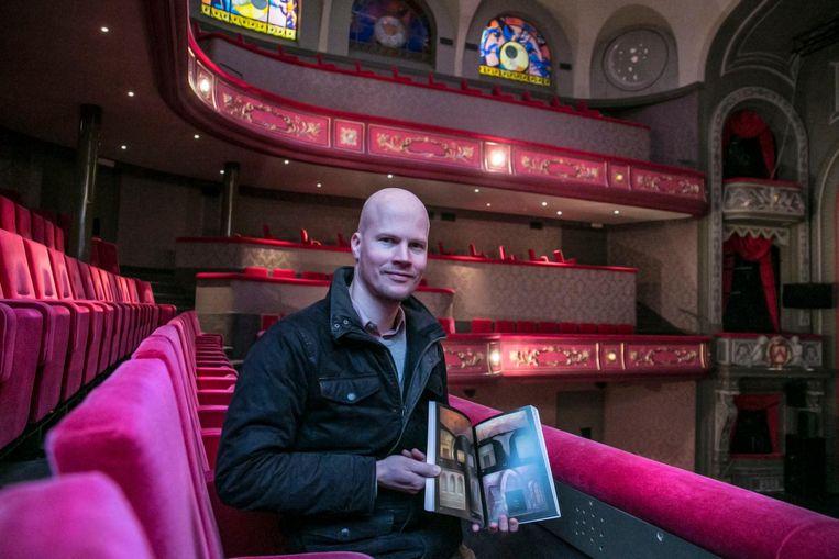 Bruno Forment schreef in 2016 een boek over de bijzondere decors van de Schouwburg, met als titel 'Zwanenzang van een illusie'.