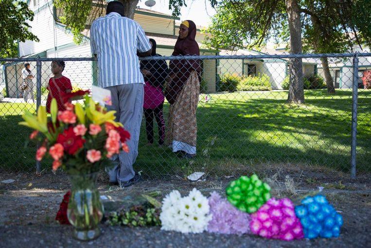 Bloemen bij het appartementencomplex waar Kinner afgelopen zaterdag in totaal zes kinderen en drie volwassenen neerstak. Drie slachtoffers vechten nog voor hun leven in het ziekenhuis.