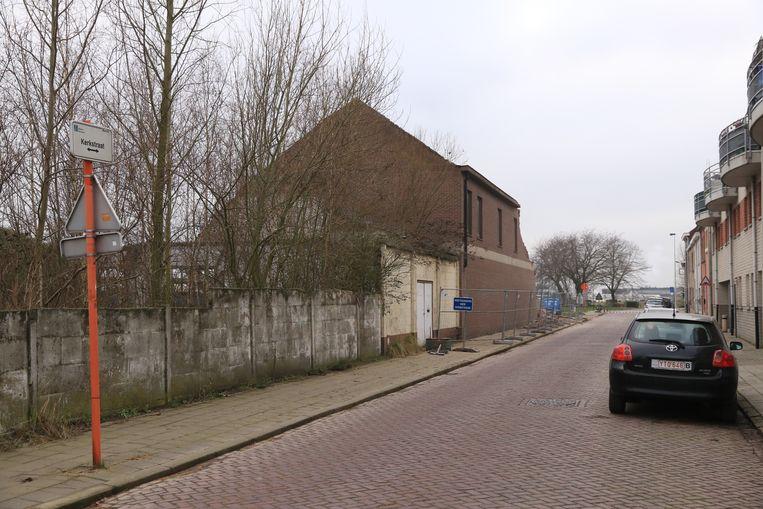 Zicht op de oude gemeentelijke gebouwen vanuit de Kerkstraat.