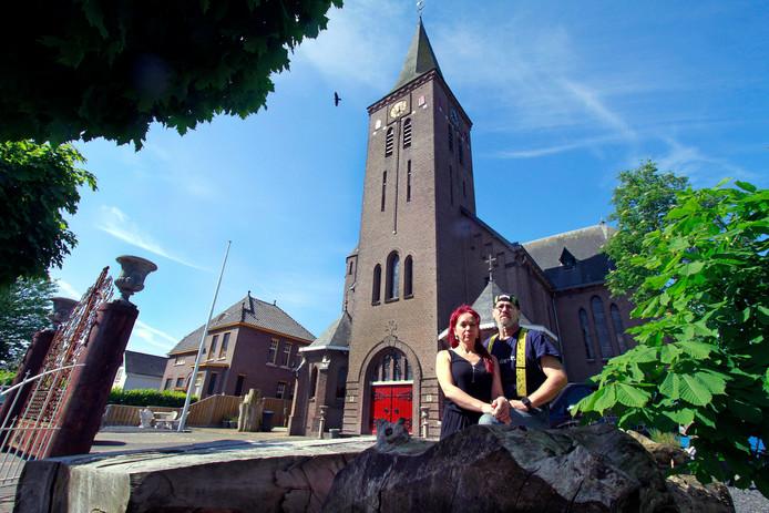 Eric Swagemakers en Barbara Priem, bewoners van de kerk in Moerstraten. Links de poort en een stukje van het witte hek.