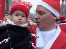 Rennende kerstmannen verzamelen in Oisterwijk 3586 euro tegen kanker