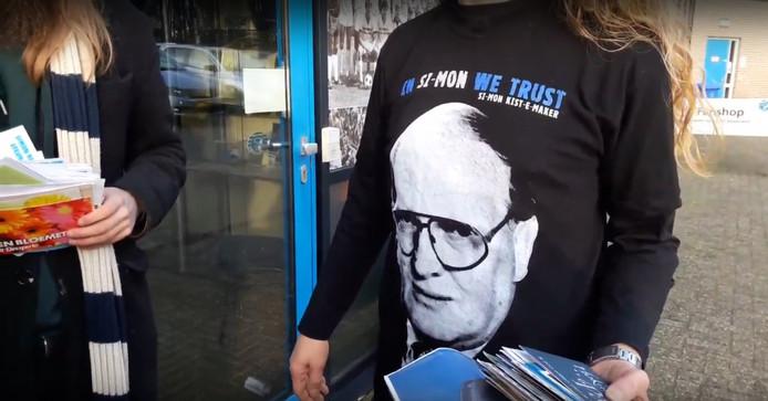 'In Si-mon we trust' staat op het shirt dat Graafschap-fan Frank Seggelinck draagt.