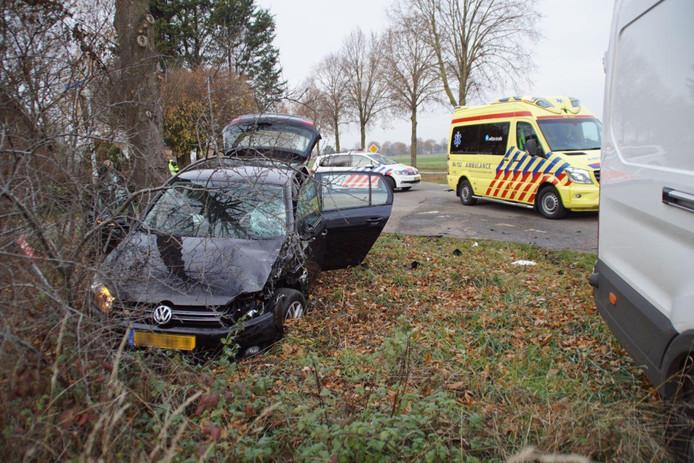 De auto waarin de drie juffen van De Klimpaal in Etten zaten, belandde in de berm als gevolg van het ongeluk in Silvolde.