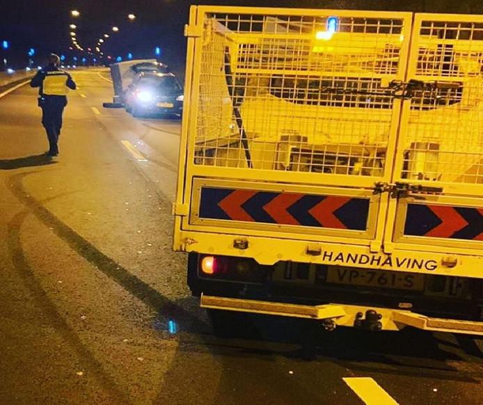 Na het ongeluk hebben handhavers en agenten de weg geblokkeerd om de auto te kunnen bergen.