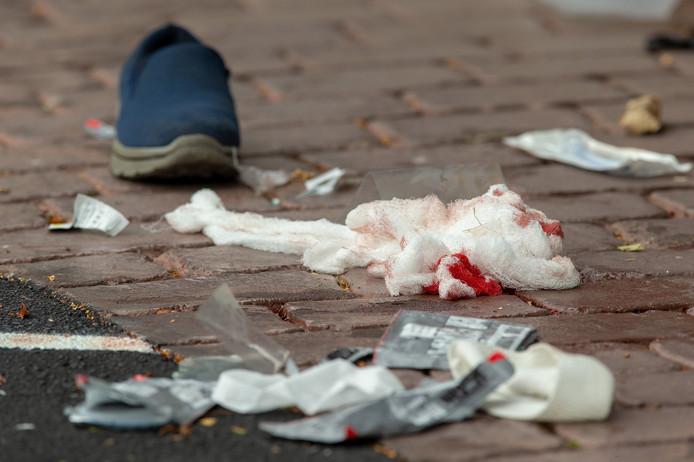 Verband en een schoen voor de deur van een van de getroffen moskeeën.