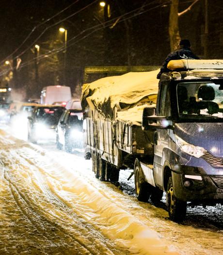 Ruim een uur vertraging door stilstaande bedrijfswagen in Oosterbeek