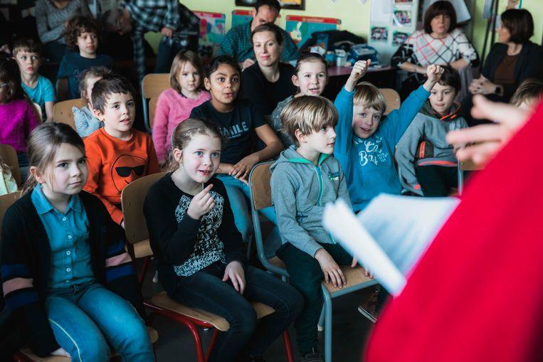 Monnik Giel geeft les in school in Bilzen.