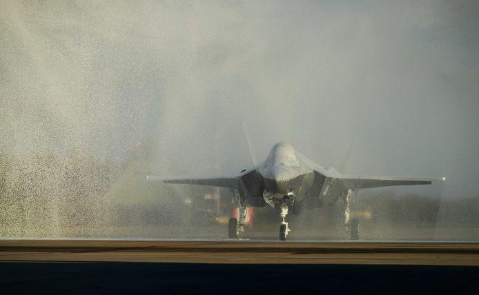 De F-35 die gisteren landde op vliegbasis Leeuwarden kreeg tijdens het feestelijke onthaal geen douche met water, maar met blusschuim. Een inspectie moet nu duidelijk maken wat dat betekent voor het vliegtuig.