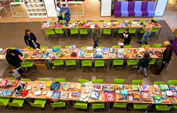 De Weggeefwinkel in Groesbeek: veertien tafels voor cadeautjes.