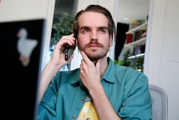 Freelance tekstschrijver Jense Gerrits ontving meerdere 'vage' telefoontjes via een 06-nummer met het verzoek 2500 euro coronageld terug te betalen. Hij vertrouwde het niet en klopte aan bij de gemeente Utrecht.