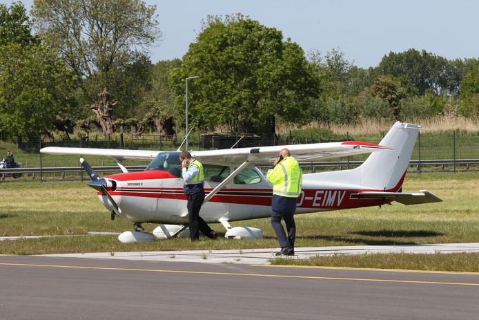 Het vliegtuigje schoot door op de landingsbaan.