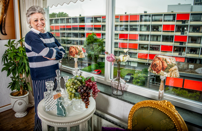 Corrie van Gorp in haar woning in Rotterdam Zuid.