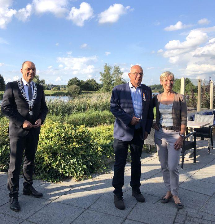 Burgemeester Peter Snijders en anderhalve meter naar rechts Teun Bouwhuis en zijn vrouw Wil.