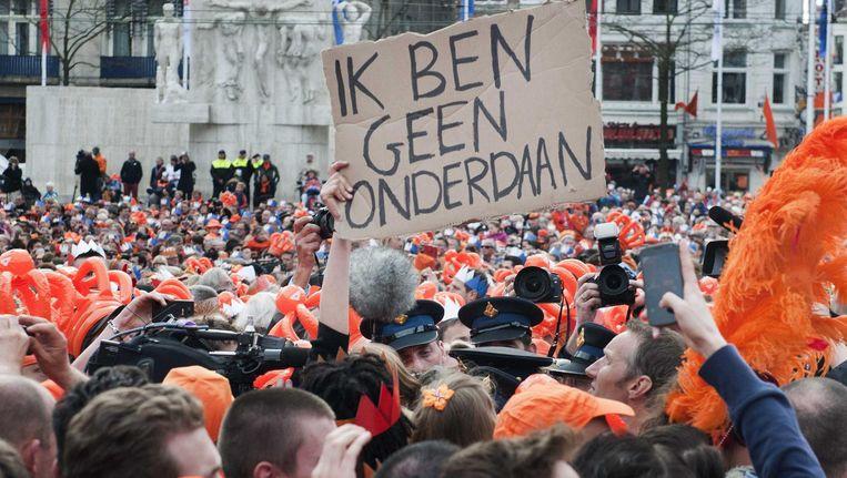Actievoerders op de Dam willen een gesprek met koning Willem-Alexander, tijdens de troonswisseling in 2013. De politie voerde die dag activiste Joanna van der Hoek af. Beeld anp