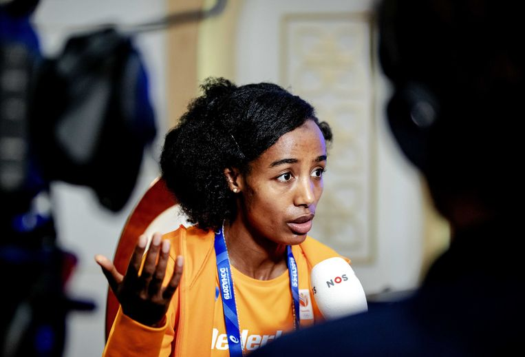 Sifan Hassan tijdens een ingelaste persconferentie, over de schorsing van haar coach Alberto Salazar.  Beeld ANP
