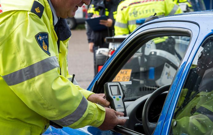 Een politieagent neemt een blaastest af. Foto ter illustratie.
