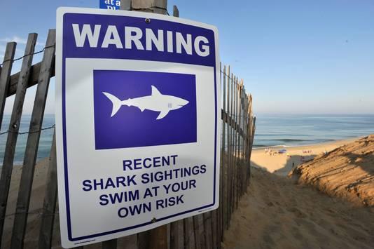 Bezoekers van het strand bij Cape Cod worden na de aanval gewaarschuwd voor haaien