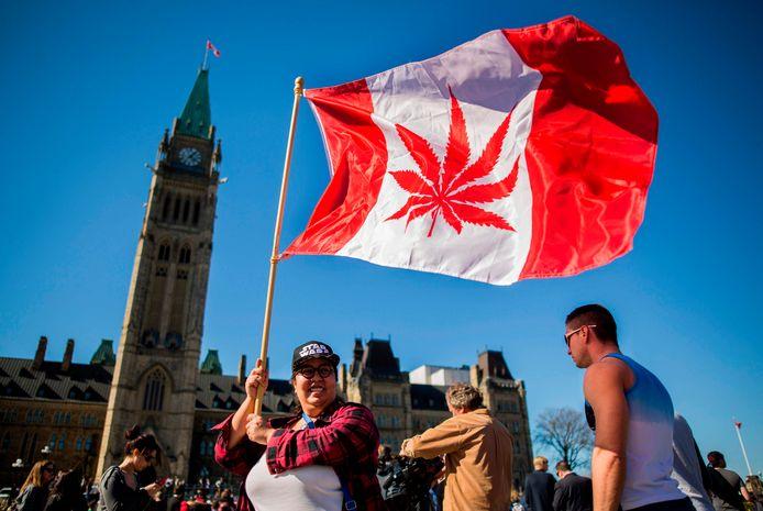 Een vrouw viert de onofficiële feestdag Nationale Dag van de Marihuana in Canada in 2016.