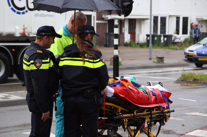 De fietser moest mee naar het ziekenhuis