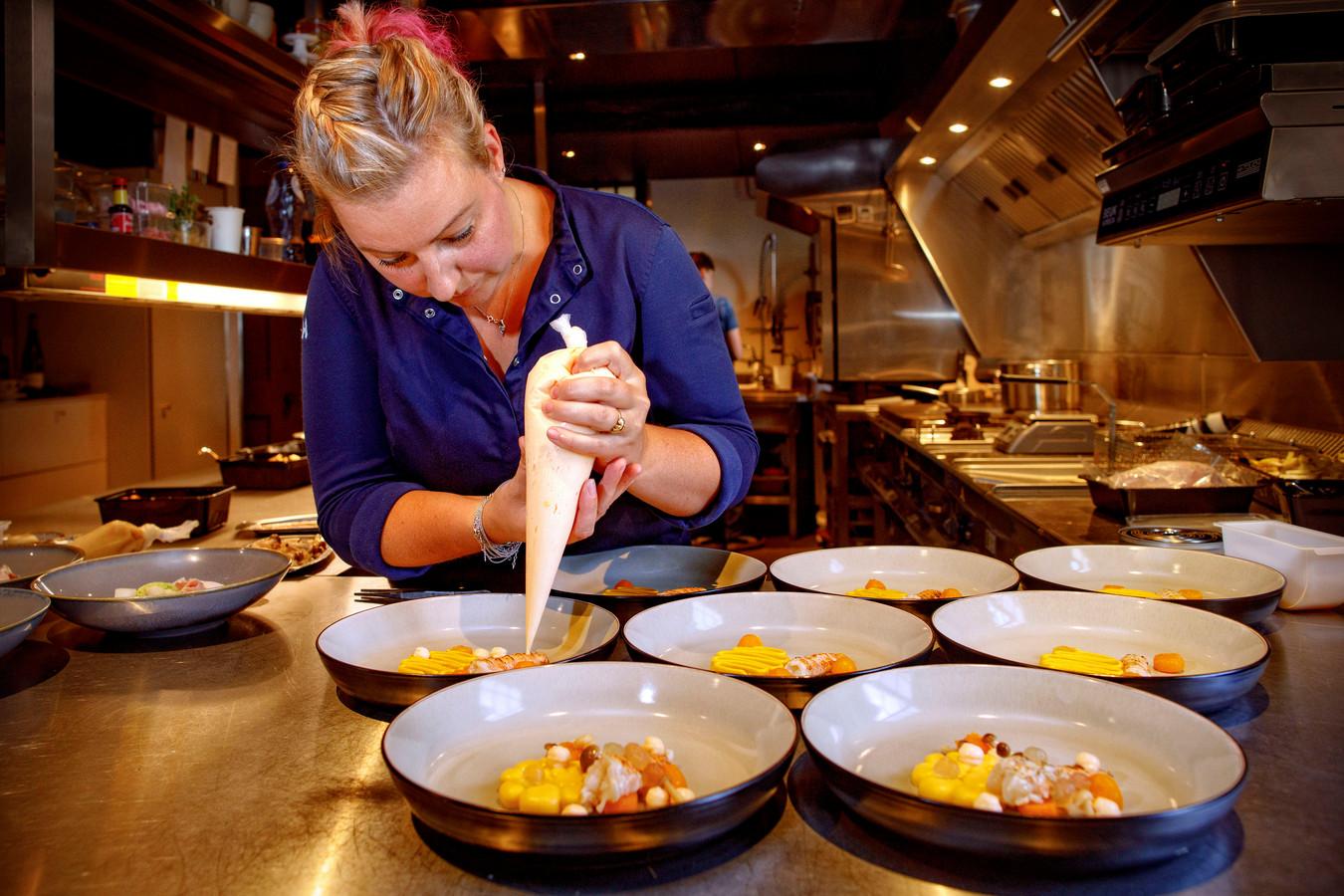 Chef-kok Ayesta van Hoek:  Veel mensen beschouwen het kerstdiner niet voor niets als de belangrijkste culinaire happening van het jaar. Dat gaan we ook waarmaken.