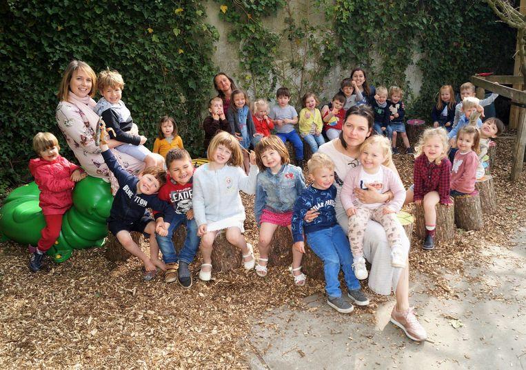 De juffen en directrice Joke Coene (midden, vooraan), samen met de kinderen.