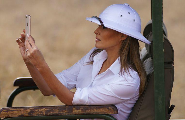 Tijdens haar eerste overzeese solobezoek, aan Kenia, droeg Melania Trump een complete 'Barbie op safari'-set, mét tropenhelm. Beeld null