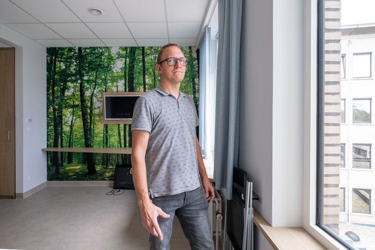 RUMST Op de vroegere materniteit van AZ Rivierenland komt een nieuw pijncentrum. Diensthoofd gebouwen en techniek Pascal Burm staat in een afgewerkte kamer.