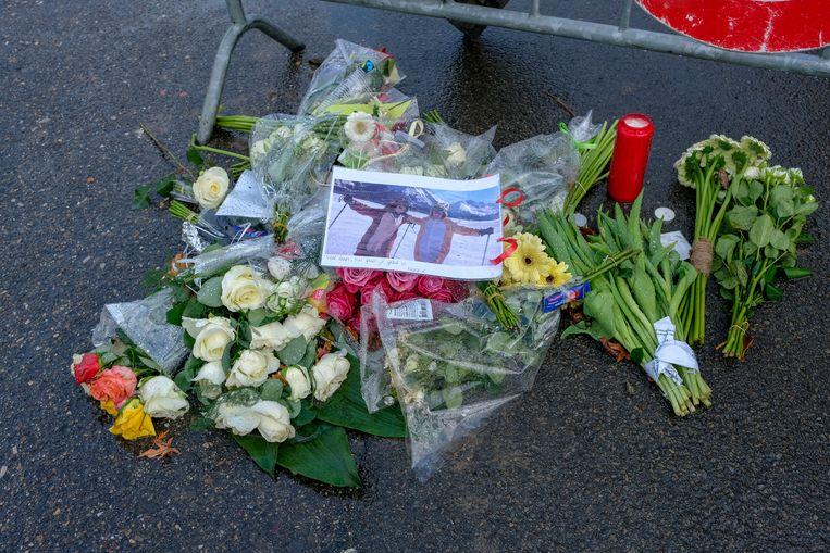 Bloemen, foto's van vrienden en kaartjes werden al op de plaats van het ongeval neergelegd.