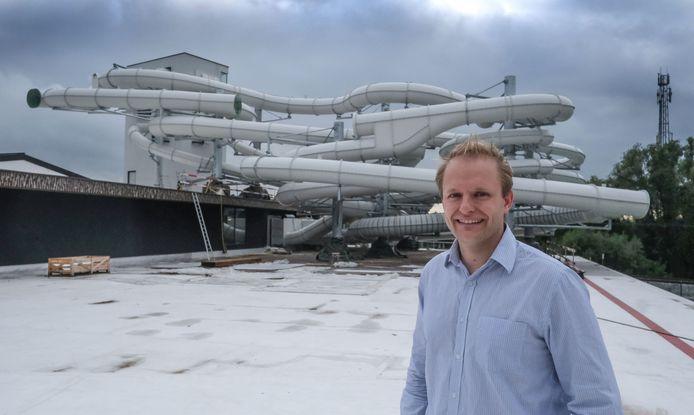 Daar zijn de vijf nieuwe glijbanen, hier met centrummanager Elewin Werbrouck op foto.