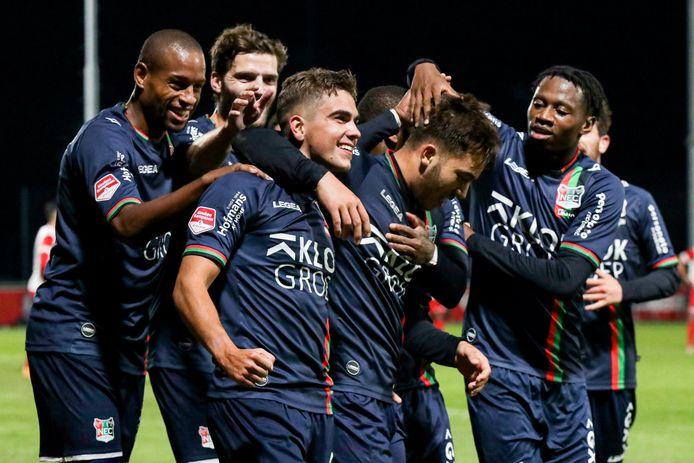 Bart van Rooij viert, omringt door zijn ploeggenoten, zijn treffer tegen Jong Utrecht