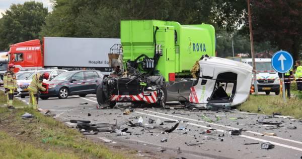 Vrachtwagenchauffeur gewond afgevoerd na knetterharde botsing met andere truck in Vollenhove.