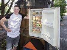 Floyd (21) uit Hellendoorn verkoopt verse eieren: 'Mensen zijn eerlijker als ze zien dat er een camera hangt'