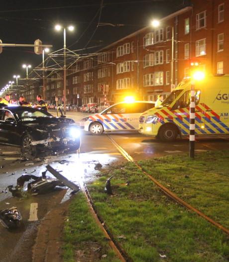 Botsing tussen twee auto's op Lorentzplein, bestuurder gaat ervandoor